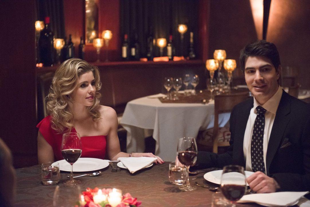 Als Felicity (Emily Bett Rickards, l.) und Ray (Brandon Routh, r.) plötzlich in Central City auftauchen, gefällt es Barry ganz und gar nicht, dass s... - Bildquelle: Warner Brothers.