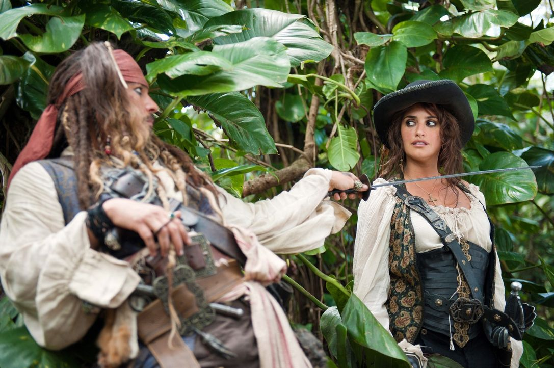 Schon bald weiß Jack (Johnny Depp, l.) nicht mehr, wen er mehr fürchten muss: Angelica (Penélope Cruz, r.) oder ihrem Vater, Captain Blackbeard ... - Bildquelle: Peter Mountain WALT DISNEY PICTURES/JERRY BRUCKHEIMER FILMS.  All rights reserved