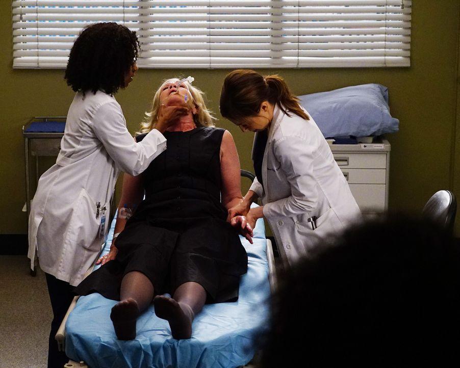 Amelia (Caterina Scorsone, r.) und Maggie (Kelly McCreary, l.) kümmern sich um Georgina (Linda Gehringer, M.), die plötzlich von den Toten auferstan... - Bildquelle: Richard Cartwright 2016 American Broadcasting Companies, Inc. All rights reserved.