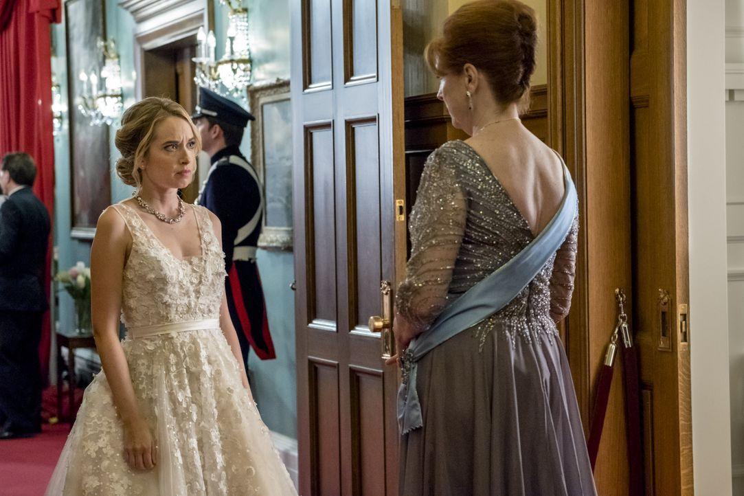 Susanna (Megan Park, l.); Die Queen (Sara Botsford, r.) - Bildquelle: Kailey Schwerman Crown Media United States, LLC / Kailey Schwerman