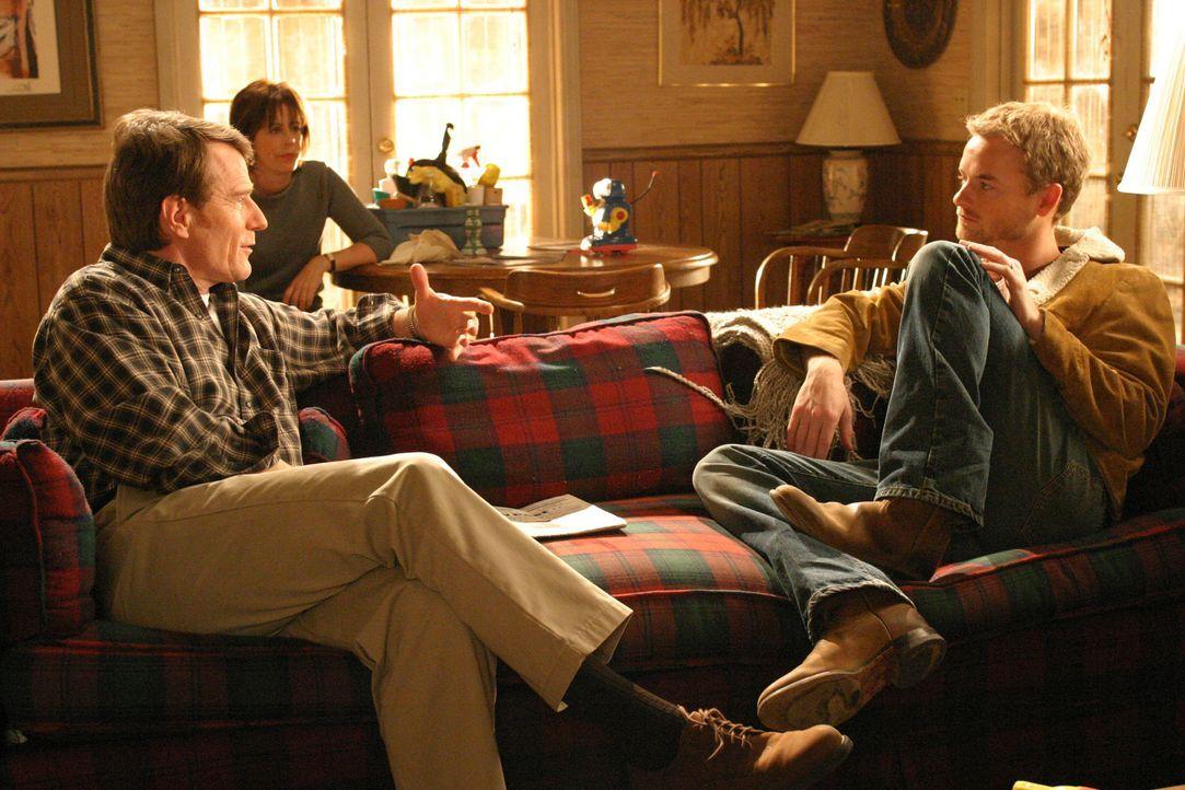 Reese (Christopher Masterson, r.) hat mal wieder Mist gebaut und wird von Hal (Bryan Cranston, l.) und Lois (Jane Kaczmarek , M.) aus dem Haus gesch... - Bildquelle: TM +   2000 Twentieth Century Fox Film Corporation. All Rights Reserved.