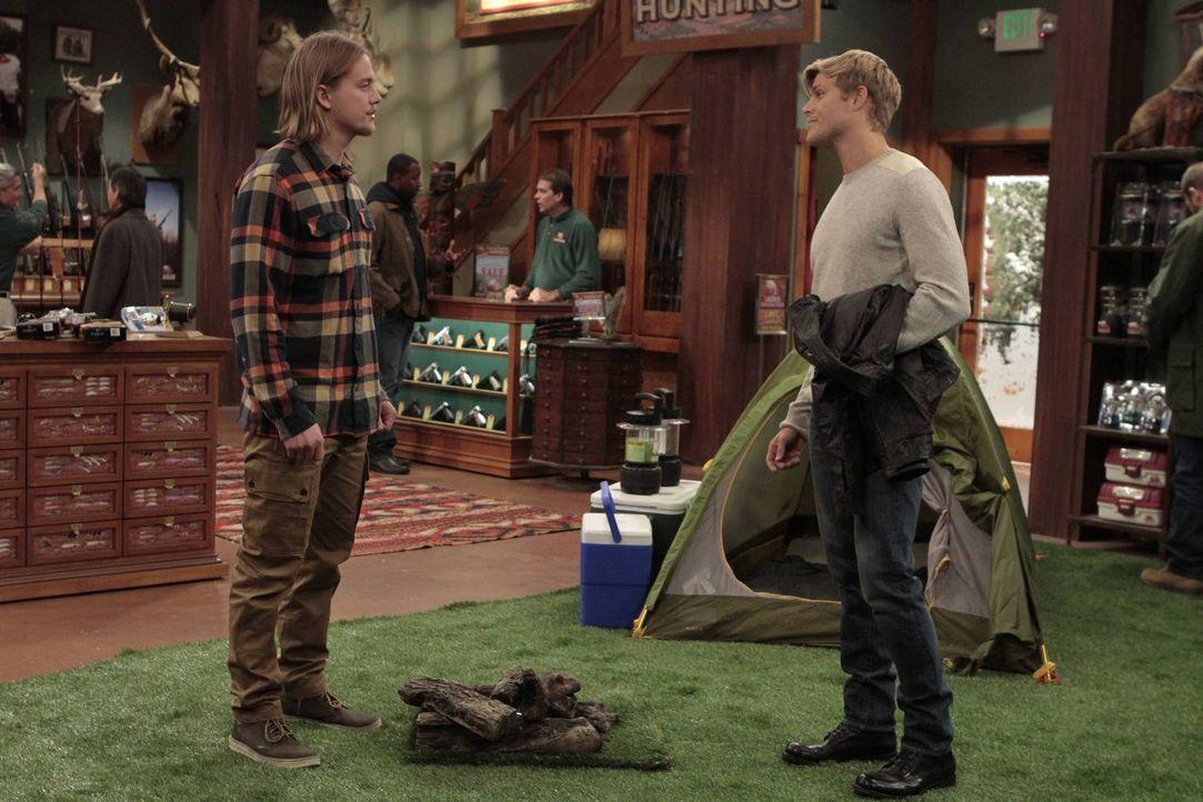 Bei Outdoor Man soll Greg (Bryce Durfee, r.) unter der Leitung von Kyle (Christoph Sanders, l.) arbeiten. Es stellt sich allerdings schon bald herau... - Bildquelle: 2011 Twentieth Century Fox Film Corporation