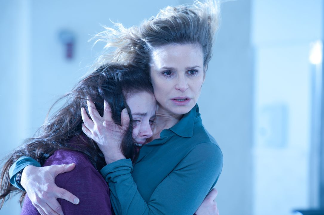 Stephanie (Kyra Sedgwick, r.) und Hannah (Madison Davenport, l.) stehen vor einem Rätsel: Was lässt die kleine Em derartig ausrasten, dass das Leben... - Bildquelle: Diyah Pera Box Productions, LLC 2011