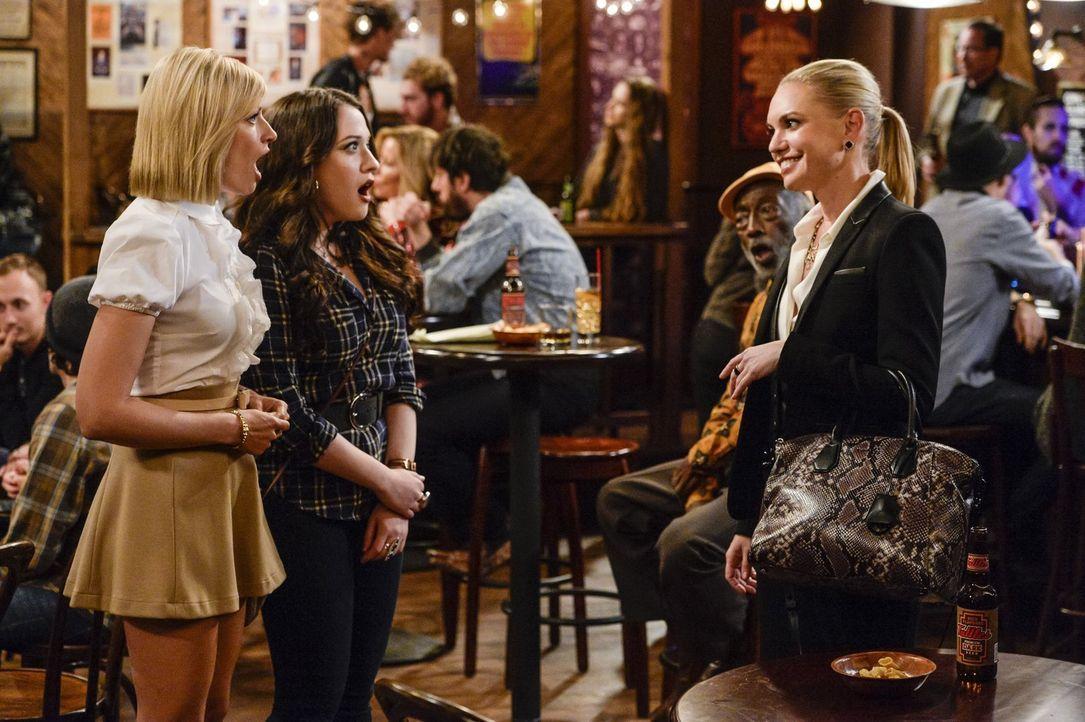 Nina (Barret Swatek, r.) macht Caroline (Beth Behrs, l.) ein ganz besonderes Angebot. Max (Kat Dennings, M.) ist begeistert - doch was wird Caroline... - Bildquelle: 2016 Warner Brothers