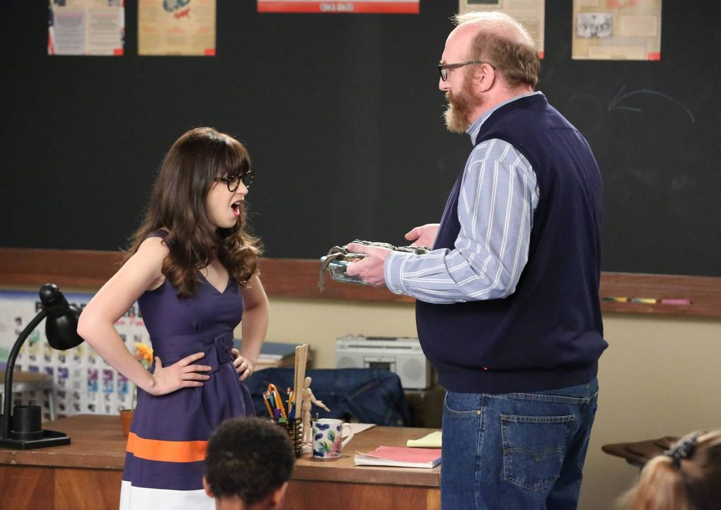 In der Schule wird Jess (Zooey Deschanel, l.) vor vollendete Tatsachen gestellt. Ihr Kollege (Brian Posehn, r. ) scheint die angekündigte Aktion jed... - Bildquelle: 2014 Twentieth Century Fox Film Corporation. All rights reserved.