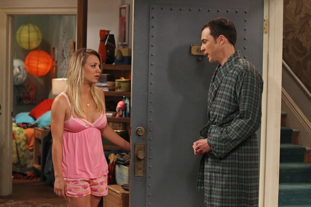 Während Sheldon (Jim Parsons, l.) und Penny (Kaley Cuoco, r.) Zeit miteinander verbringen und intime Geheimnisse miteinander austauschen, versucht R... - Bildquelle: Warner Bros. Television