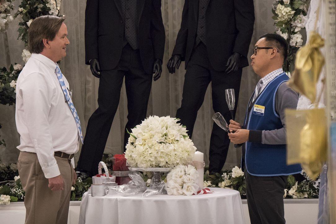 Glenn (Mark McKinney, l.) möchte als toleranter Christ wahrgenommen werden und dekoriert daher einen Teil des Ladens gezielt an homosexuelle Brautpa... - Bildquelle: Brandon Hickman 2015 Universal Television LLC. ALL RIGHTS RESERVED.