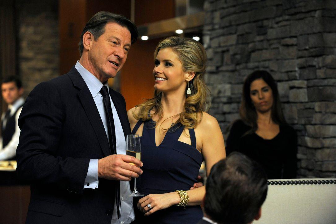 Taylor (Brianna Brown, r.) und Michael (Brett Cullen, l.) geben auf einer Dinnerparty bekannt, dass sie Nachwuchs bekommen. Doch ist das eine wirkli... - Bildquelle: ABC Studios