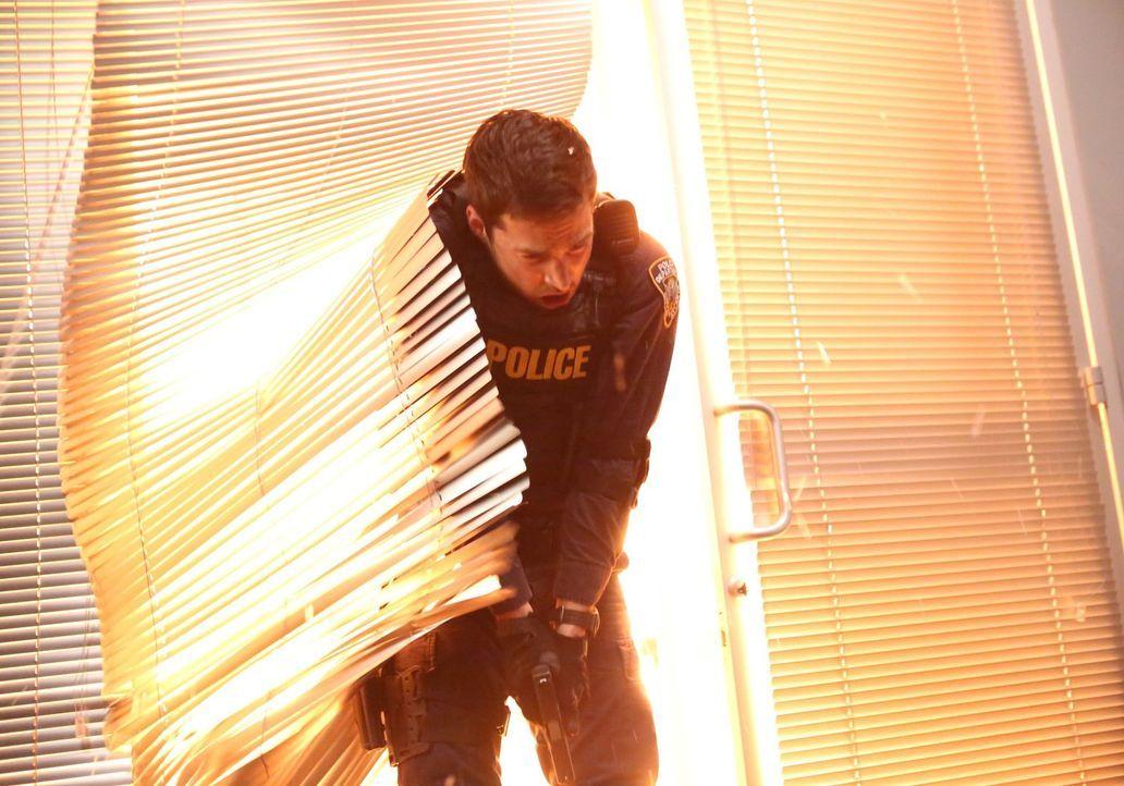 Eigentlich wollte Jake (Chris Wood) lediglich das Videomaterial aus dem Krankenhaus von Jana decodieren lassen, doch dann findet er sich in einem Ka... - Bildquelle: Warner Brothers