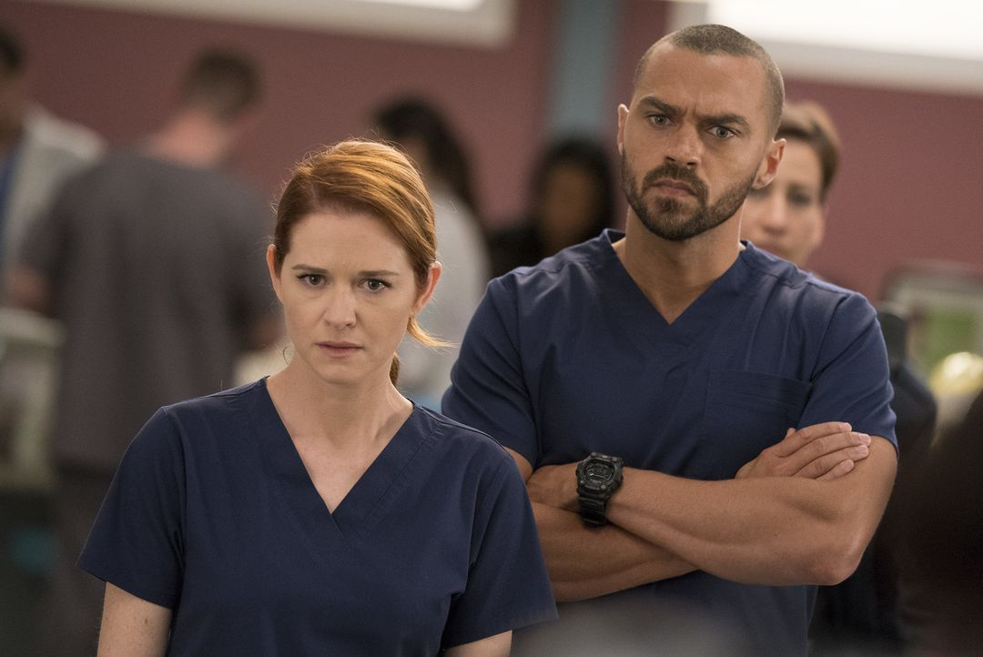 April (Sarah Drew, l.) muss sich um die Ehefrau eines Mannes aus ihrer Vergangenheit kümmern, während ein neuer Fall Jackson (Jesse Williams, r.) be... - Bildquelle: Mitch Haaseth 2017 American Broadcasting Companies, Inc. All rights reserved./Mitch Haaseth