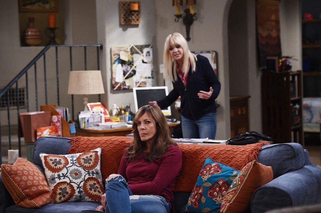 Während Bonnie (Allison Janney, l.) sich mit ihrer Nachbarin Beverly rumschlagen muss, will Violet ihre Beziehung zu ihrer Mutter Christy (Anna Fari... - Bildquelle: 2015 Warner Bros. Entertainment, Inc.