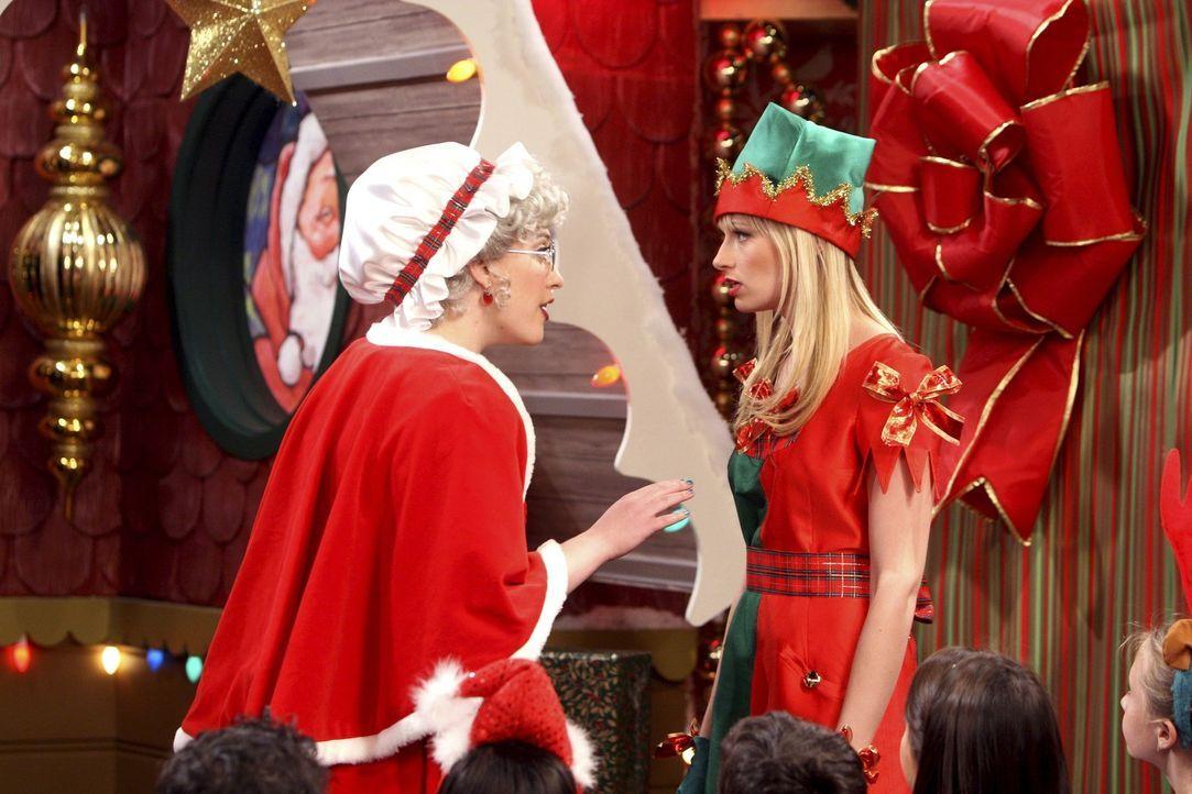 Belehrung durch Santa's Frau: Die als Weihnachtselfe verkleidete Caroline (Beth Behrs, r.) fängt sich aufgrund der Streitereien mit einer Kollegin... - Bildquelle: Warner Brothers
