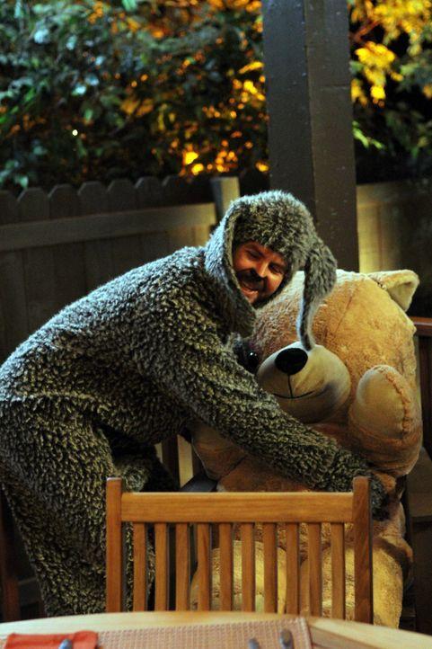 Nicht ohne meinen Teddy! Wilfred (Jason Gann) schleppt das Kuscheltier wirklich überallhin mit und macht sich dadurch nicht nur Freunde ... - Bildquelle: 2011 FX Networks, LLC. All rights reserved.