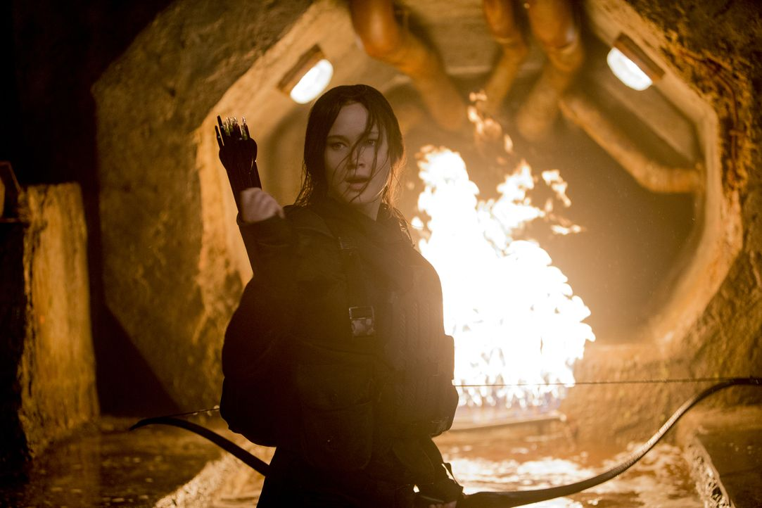 Widerwillige Gallionsfigur der Rebellion gegen das totalitäre Regime: Gegen den Willen der Rebellenführung will Widerstandskämpferin Katniss Everdee... - Bildquelle: Murray Close TM &   2015 Lions Gate Entertainment Inc. All rights reserved.
