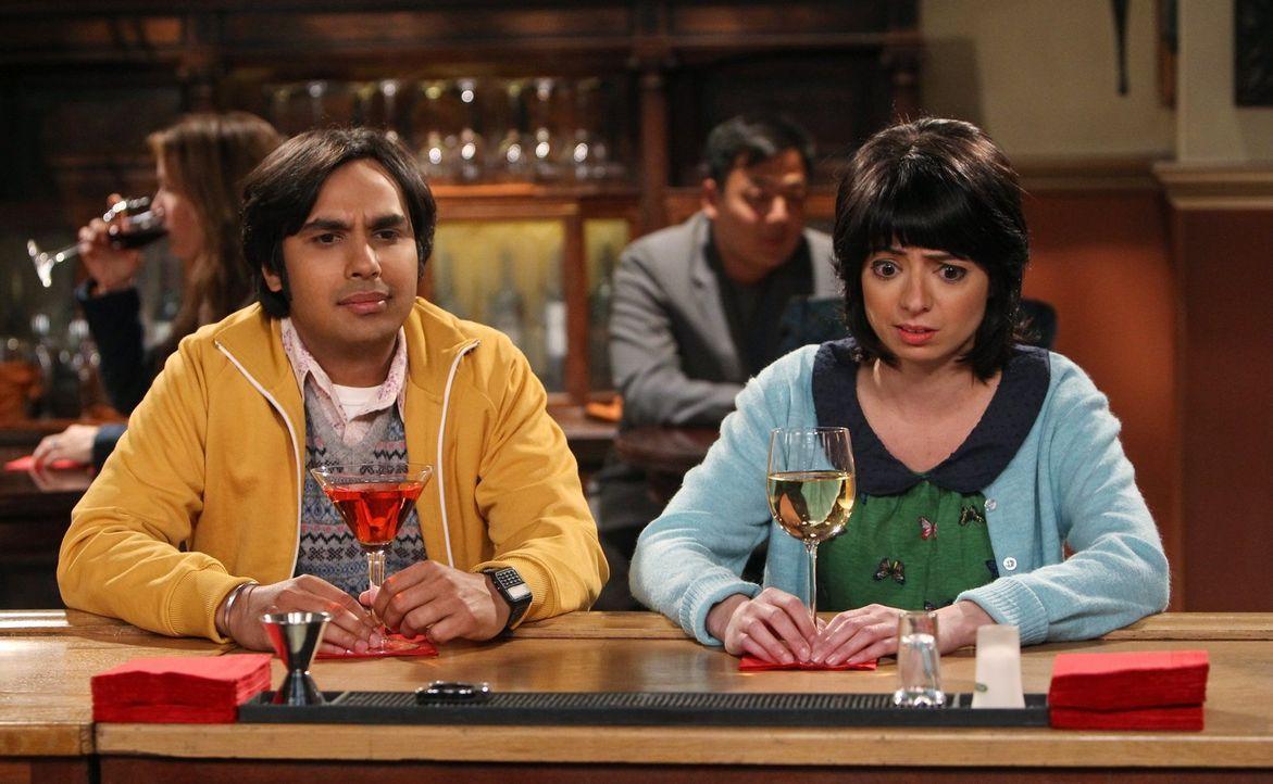 """Während die anderen gemeinsam """"Dungeons & Dragons"""" spielen, haben Raj (Kunal Nayyar, l.) und Lucy (Kate Micucci, r.) ein sehr peinliches Date ... - Bildquelle: Warner Bros. Television"""