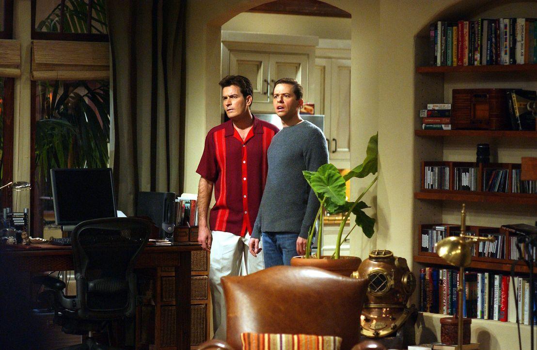 Versuchen, das Verhältnis zwischen ihrer Mutter und Bill zu unterbinden: Charlie (Charlie Sheen,  l.) und Alan (Jon Cryer, r.) ... - Bildquelle: Warner Brothers Entertainment Inc.