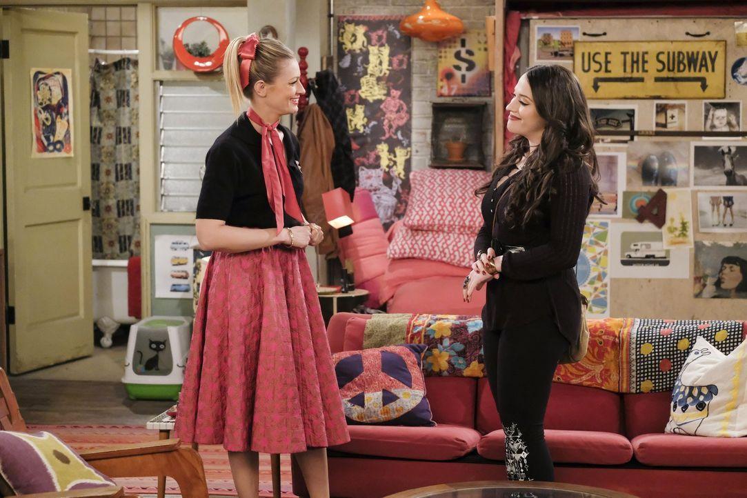 Noch ahnen Caroline (Beth Behrs, l.) und Max (Kat Dennings, r.) nicht, dass sie schon bald mehr mit dem Bowlen zu tun haben werden, als ihnen lieb i... - Bildquelle: Warner Bros. Television