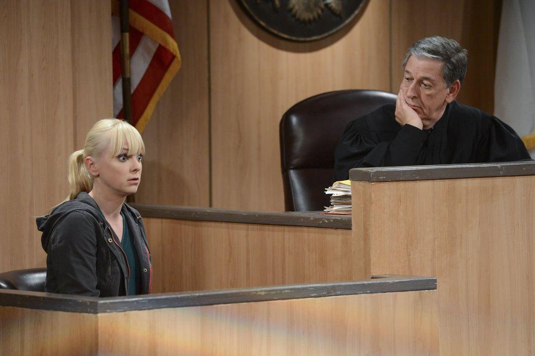 Nach Bonnie ist Christy (Anna Faris, l.) als Fürsprecherin für Regina vor Gericht an der Reihe. Wird ihre Rede einen größeren Eindruck auf Richter D... - Bildquelle: Warner Brothers Entertainment Inc.