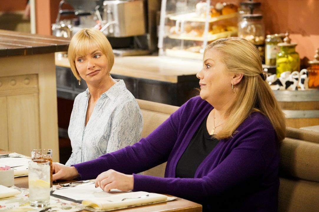 Jill (Jaime Pressly, l.); Tammy (Kristen Johnston, r.) - Bildquelle: Warner Bros. Entertainment, Inc.