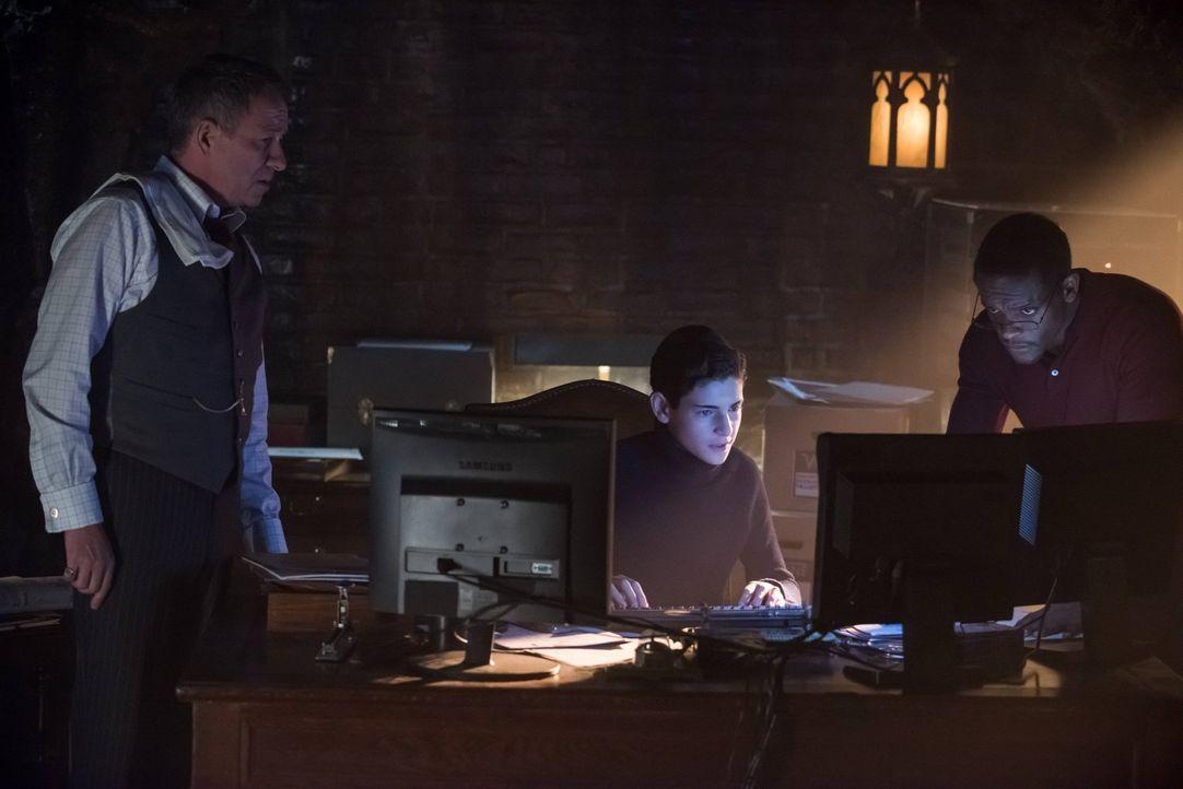 Nachdem der Computer von Thomas Wayne repariert wurde, machen sich Bruce (David Mazouz, M.), Alfred (Sean Pertwee, l.) und Lucius Fox (Chris Chalk,... - Bildquelle: Warner Brothers