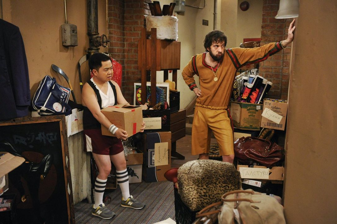 Als Han (Matthew Moy, l.) anbietet bei Olegs (Jonathan Kite, r.) Umzug zu helfen, ahnt er nicht, was für eine Schwerstarbeit das wird ... - Bildquelle: Warner Bros. Television