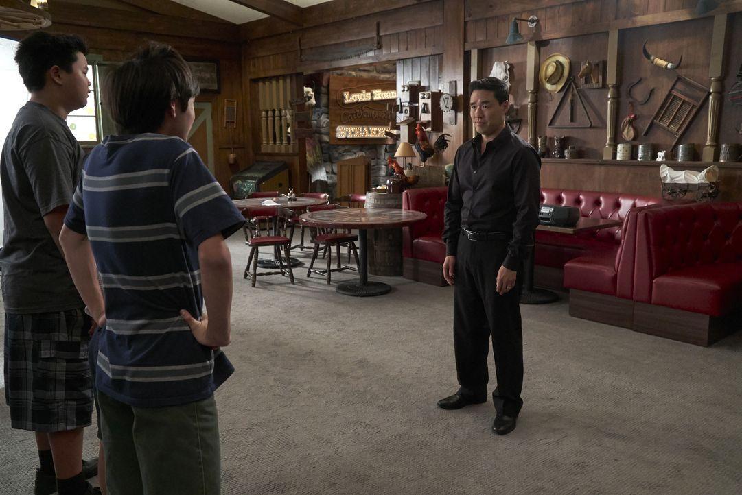 (v.l.n.r.) Eddie Huang (Hudson Yang); Emery Huang (Forrest Wheeler); Louis Huang (Randall Park) - Bildquelle: 2018-2019 American Broadcasting Companies.  All rights reserved.