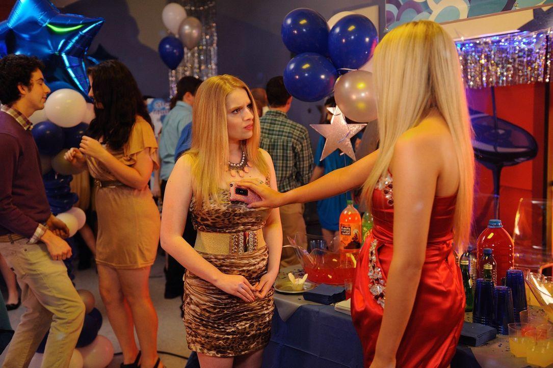 Neue beste Freunde: Lisas (Allie Grant, l.) und Dalia (Carly Chaikin, r.) ... - Bildquelle: Warner Brothers