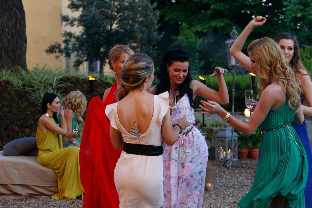 """Am Abend steigt eine ausgelassene """"La dolce vita Party"""" in der Finca. Anschließend steht die erste Entscheidung an. Wer darf bleiben und bekommt ein... - Bildquelle: Richard Hübner ProSieben"""