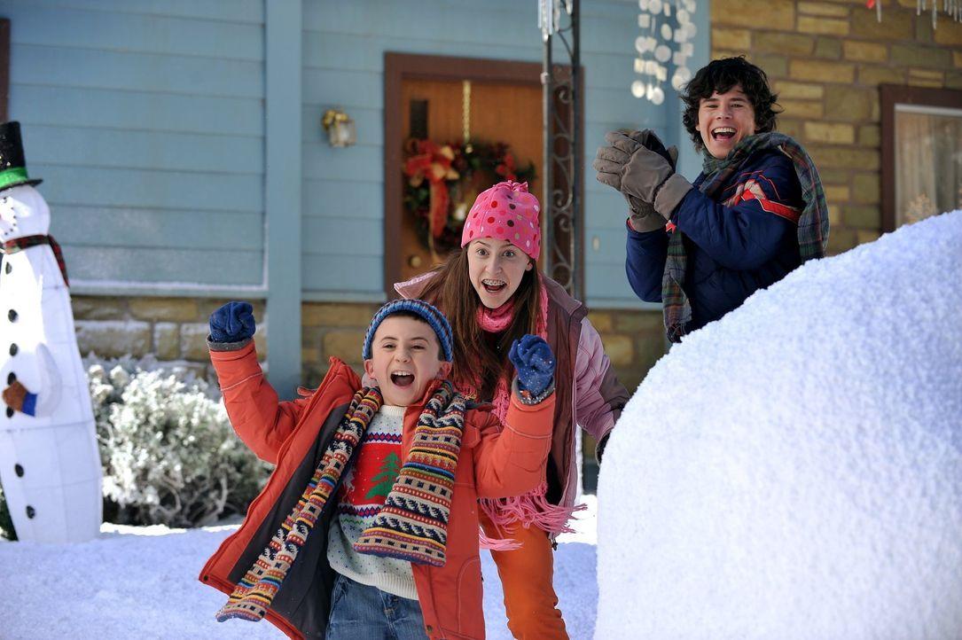 Auch zu Weihnachten hört für Brick (Atticus Shaffer, vorne), Sue (Eden Sher, M.) und Axl (Charlie McDermott, hinten) der Streit mit den Nachbarskind... - Bildquelle: Warner Brothers