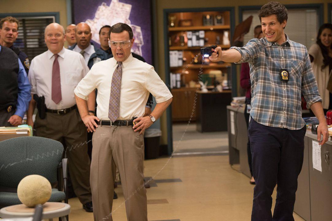 Charles Boyle (Joe Lo Truglio, l.); Jake Peralta (Andy Samberg, r.) - Bildquelle: Eddy Chen 2013 NBC Studios LLC. All Rights Reserved. / Eddy Chen