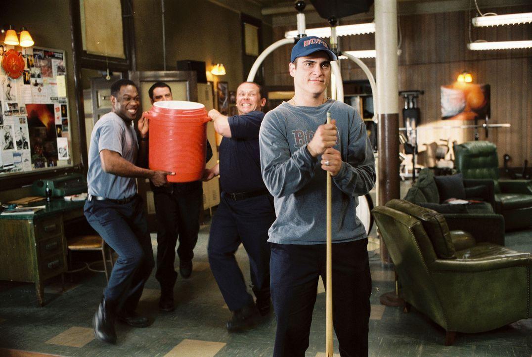 Der verliebte Jack (Joaquin Phoenix) muss sich von seinen Kollegen einiges gefallen lassen ... - Bildquelle: Buena Vista International.  All Rights Reserved