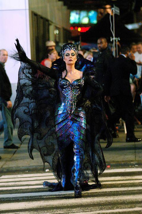 Aus Angst um ihren Thron verbannt die böse Königin Narissa (Susan Sarandan) die schöne Prinzessin Giselle in die reale Welt, mitten ins turbulente N... - Bildquelle: Barry Wetcher Disney. All rights reserved