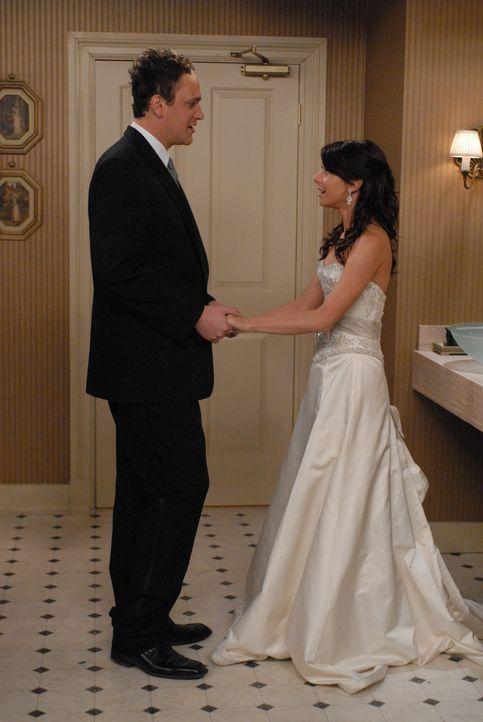 Der große Tag steht bevor: Lily (Alyson Hannigan, r.) und Marshall (Jason Segel, l.) wollen heiraten, doch bis es soweit ist, gibts noch eine Menge... - Bildquelle: Michael Yarish 20th Century Fox International Television
