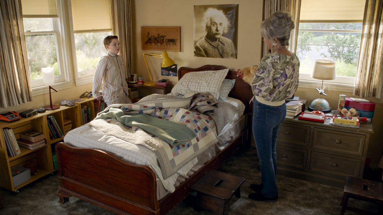 "Sheldon Cooper (Iain Armitage, l.); Connie ""Meemaw"" Tucker (Annie Potts, r.) - Bildquelle: TM & © 2020 Warner Bros. Entertainment Inc. All Rights Reserved."