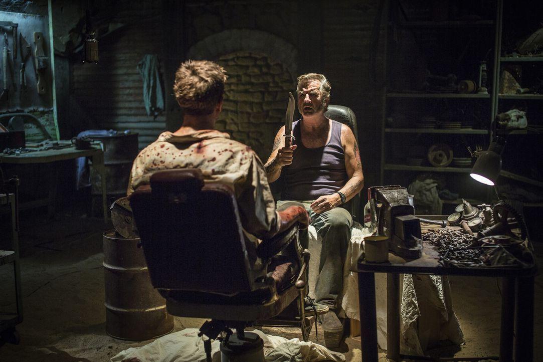 Im Folterkeller des kranken australischen Psychopathen Mick Taylor (John Jarratt, r.) wartet auf Sunny-Boy und Surfer Paul (Ryan Corr, l.) die Hölle... - Bildquelle: Mark Rogers 2013