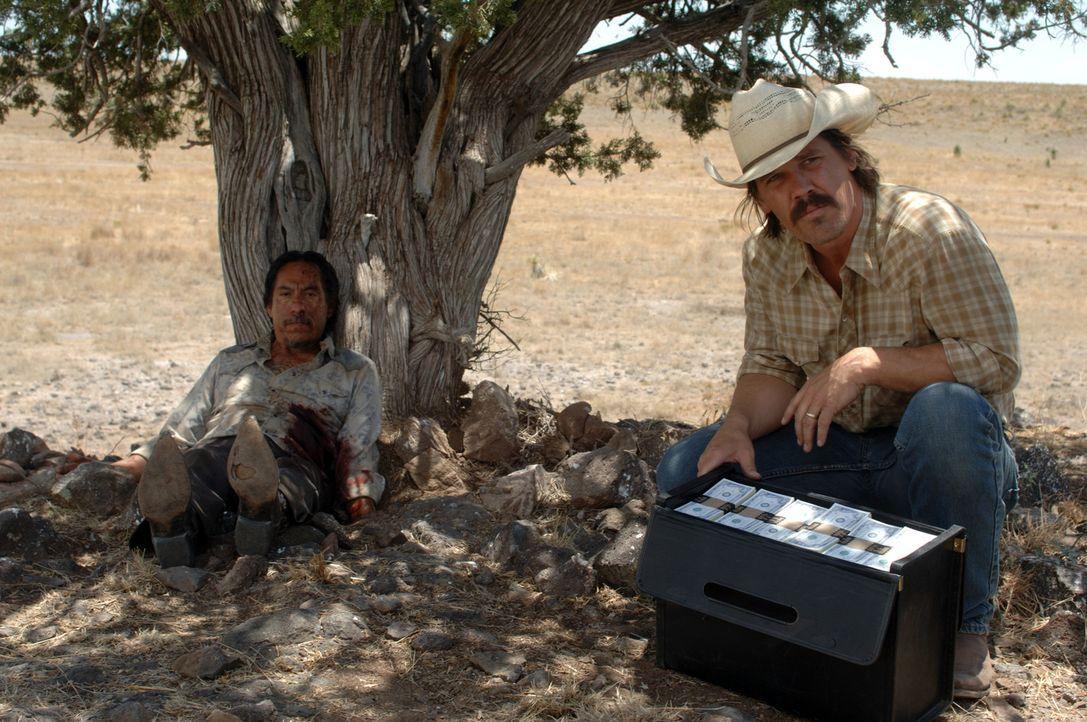 Eines Tages stolpert Vietnamveteran Llewelyn Moss (Josh Brolin, r.) über die blutigen Überreste eines Drogendeals, der wohl eskalierte. Niemand ha... - Bildquelle: 2008 by PARAMOUNT VANTAGE, a Division of PARAMOUNT PICTURES, and MIRAMAX FILM CORP. All Rights Reserved.