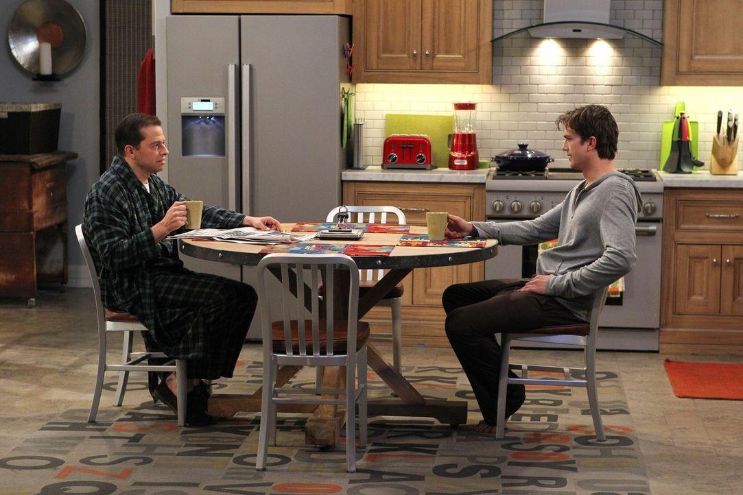 Müssen den Valentinstag gemeinsam verbringen, da ein Sturm aufgezogen ist: Walden (Ashton Kutcher, r.) und Alan (Jon Cryer, l.) ... - Bildquelle: Warner Brothers Entertainment Inc.