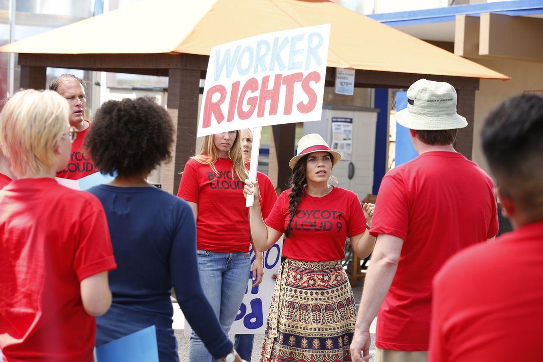 Aufruf zum Boykott: Amy (America Ferrera, M.) möchte mit ihrem Streik für die Arbeitsrechte der Mitarbeiter auf die Missstände im Unternehmen öffent... - Bildquelle: Trae Patton 2016 Universal Television LLC. ALL RIGHTS RESERVED.