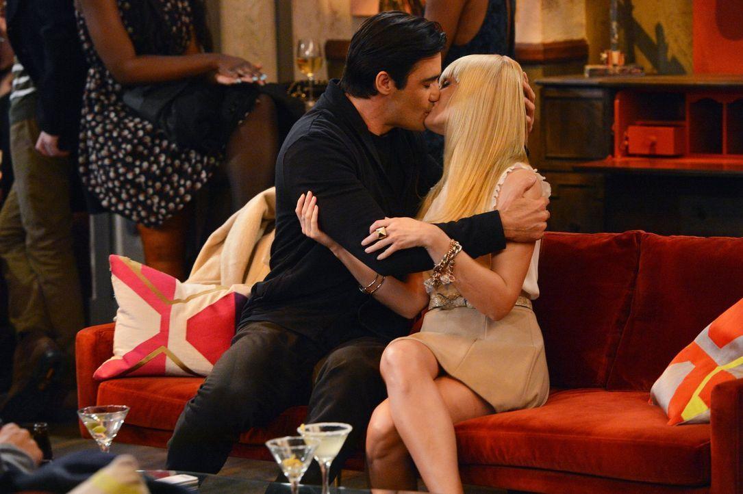 Für Nicolas (Gilles Marini, l.) scheint es ganz normal zu sein, mit Caroline (Beth Behrs, r.) rumzumachen, obwohl er verheiratet ist. Ob diese das g... - Bildquelle: Warner Brothers Entertainment Inc.