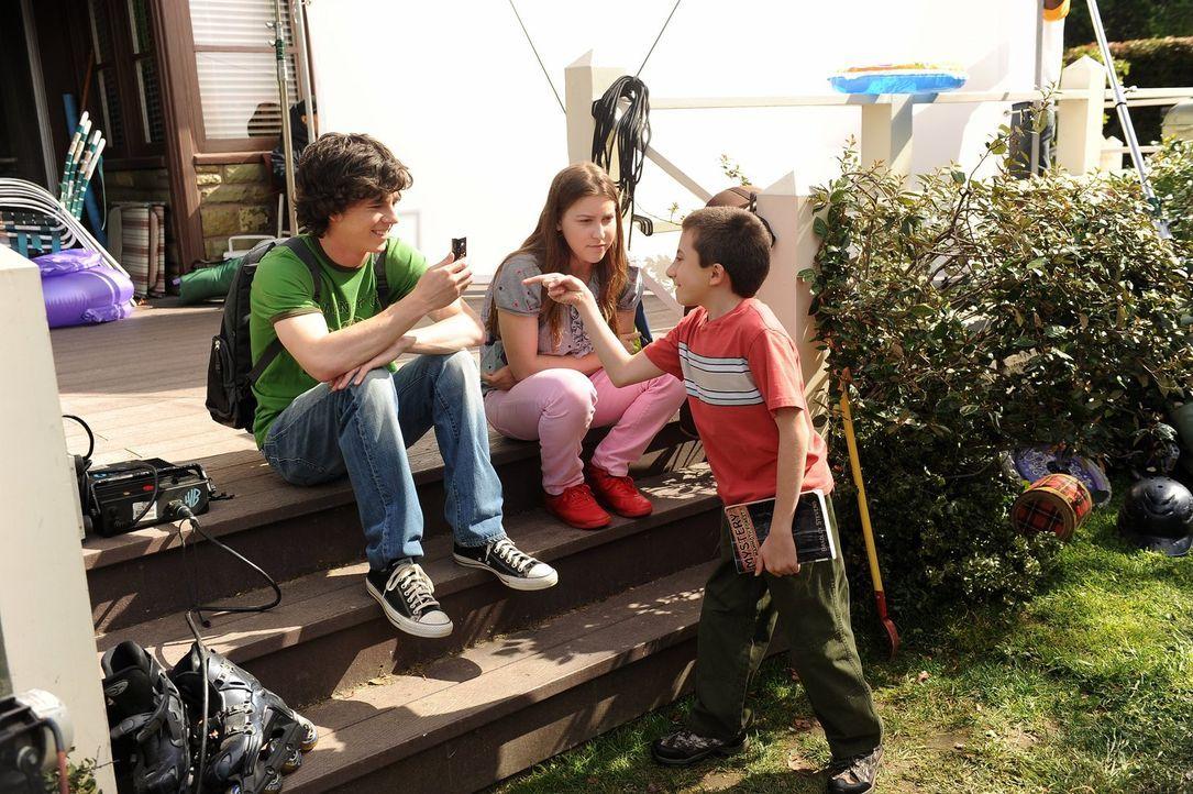 Die letzten Schultage vor den Sommerferien stehen an und für die Heck-Geschwister gibt es viel zu tun: Brick (Atticus Shaffer, r.) muss ein Tagebuch... - Bildquelle: Warner Brothers