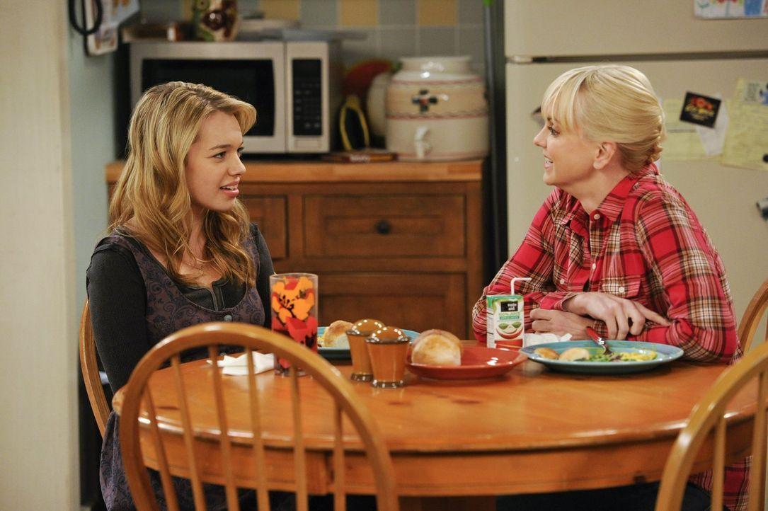 """Christy (Anna Faris, r.) ist erfreut, dass Violet (Sadie Calvano, l.) in sexuellen Dingen den Rat ihrer """"alten"""" Mutter sucht. Doch als es wirklich z... - Bildquelle: Warner Brothers Entertainment Inc."""