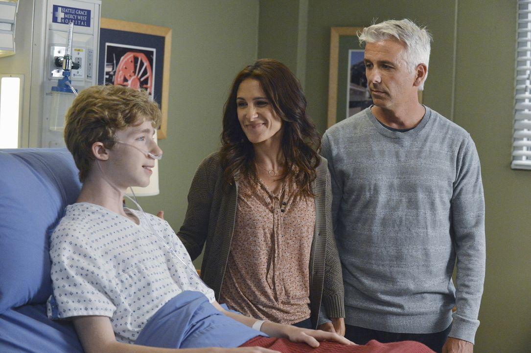 Eine komplizierte Operation soll dem jungen Teenager Michael (Joey Luthman, l.) eine Herztransplantation ersparen. Doch die OP verläuft nicht nach... - Bildquelle: ABC Studios