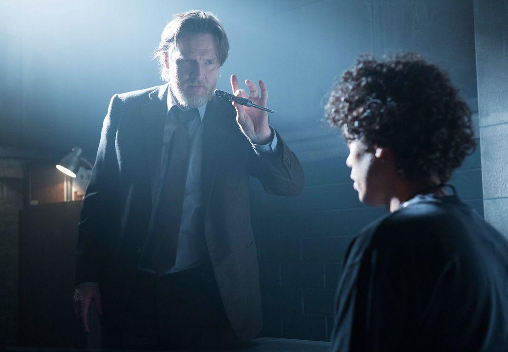 Bullock (Donal Logue, l.) versucht herauszufinden, wer die Politiker auf dem Gewissen hat. Doch hat er bereits den Täter gefunden? - Bildquelle: Warner Bros. Entertainment, Inc.