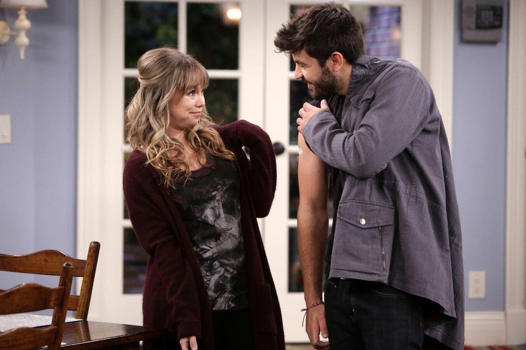 Mike steht zwischen Kristin (Amanda Fuller, l.) und Ryan (Jordan Masterson, r.), als herauskommt, dass Boyd nie gegen Windpocken geimpft wurde ... - Bildquelle: 2014-2015 American Broadcasting Companies.  All rights reserved.