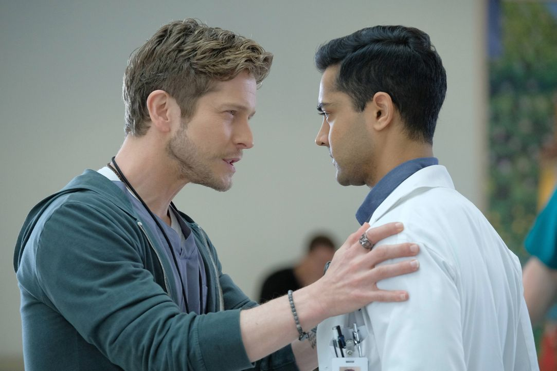 Dr. Devon Pravesh (Manish Dayal, r.) tritt seinen Dienst als Assistenzarzt an. Sein Mentor Dr. Conrad Hawkins (Matt Czuchry, l.) macht ihm schnell k... - Bildquelle: Guy D'Alema 2018 Fox and its related entities.  All rights reserved./ Guy D'Alema