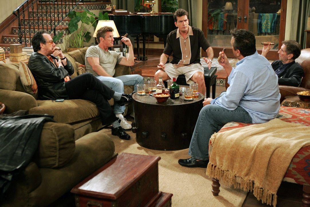 Eine Runde unter wahren Männern: Charlie (Charlie Sheen, M.) Elvis Costello (Elvis Costello, l.), Sean Penn (Sean Penn, 2.v.l.), Bobby Cooper (Bobb... - Bildquelle: Warner Bros. Television