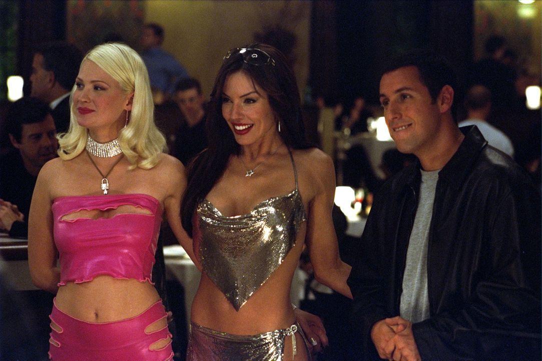 Um Linda in ihrer Beziehungspause, die von Dr. Rydell angeordnet wurde, eifersüchtig zu machen, trifft sich David (Adam Sandler, r.) mit Stacy (Kri... - Bildquelle: 2003 Sony Pictures Television International. All Rights Reserved.
