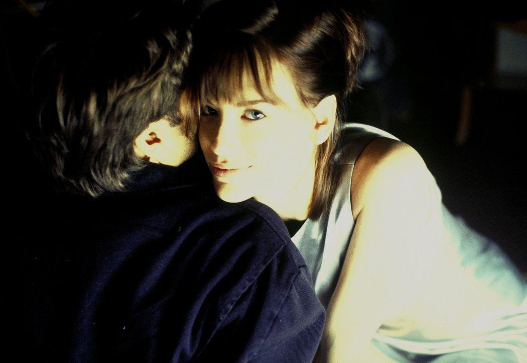 Als das zweite Rendezvous Marks (Vincent Spano, l.) Identität ans Licht bringt, beginnt Nicole (Cheryl Pollak, r.) ein teuflisches Spiel ... - Bildquelle: A. Pachasa ProSieben