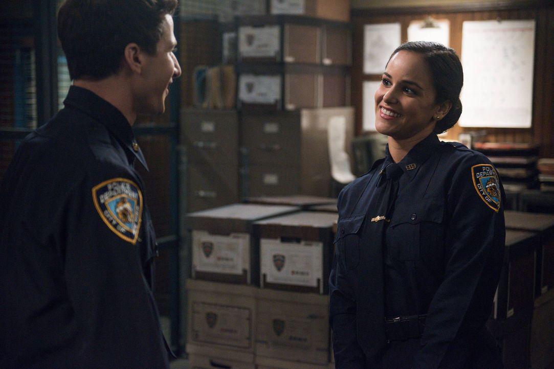 Jake Peralta (Andy Samberg, l.); Amy Santiago (Melissa Fumero, r.) - Bildquelle: Eddy Chen 2015 UNIVERSAL TELEVISION LLC. All rights reserved. / Eddy Chen
