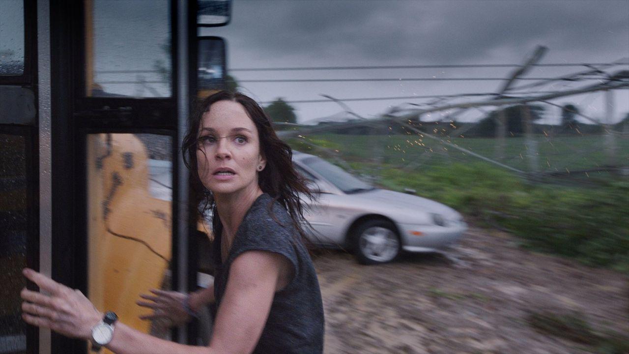 Kann sie Mutter Natur in letzter Sekunde entkommen? Meteorologin Allison (Sarah Wayne Callies) ... - Bildquelle: 2014   Warner Bros.